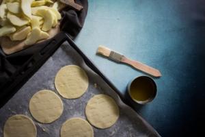Deeg inprikken voor Normandische appeltaartjes / www.eenlepeltjelekkers.be