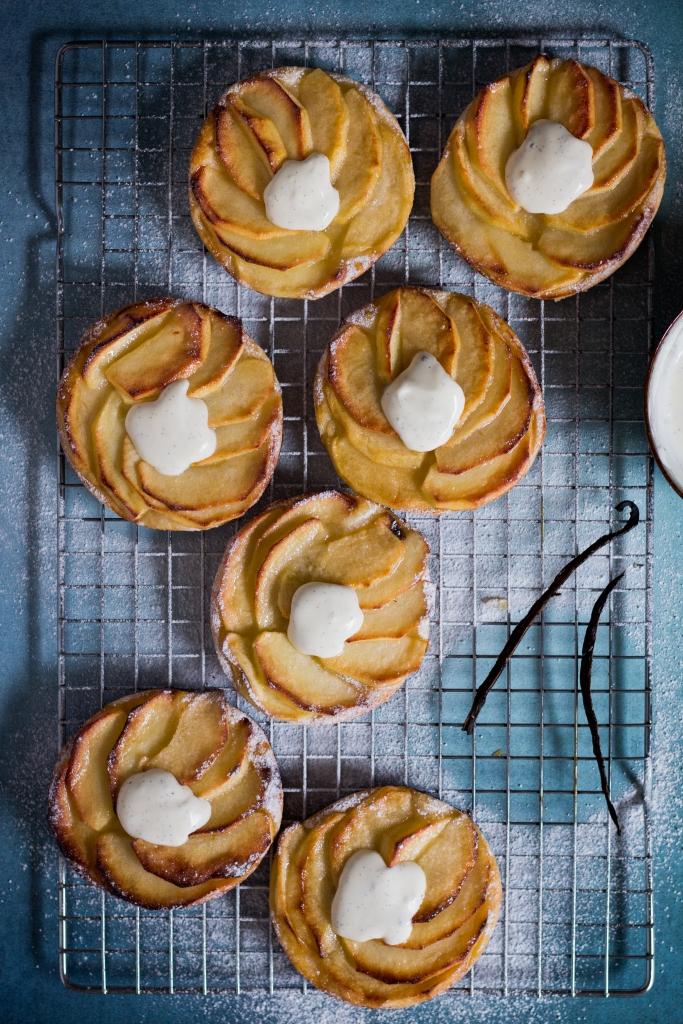 Normandische appeltaartjes met vanilleroom close-up / www.eenlepeltjelekkers.be