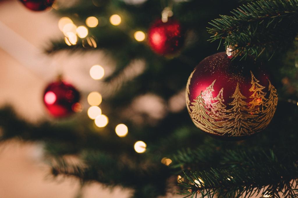 Rode kerstbal, feestmenu 2018 - credits unsplash / www.eenlepeltjelekkers.be