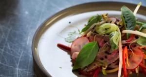 Thaise biefstuksalade met ingelegde groenten_FB / www.eenlepeltjelekkers.be