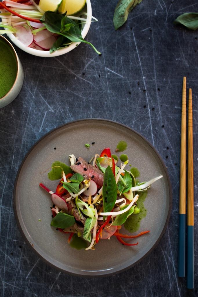 Thaise biefstuksalade met ingelegde groenten_boven / www.eenlepeltjelekkers.be