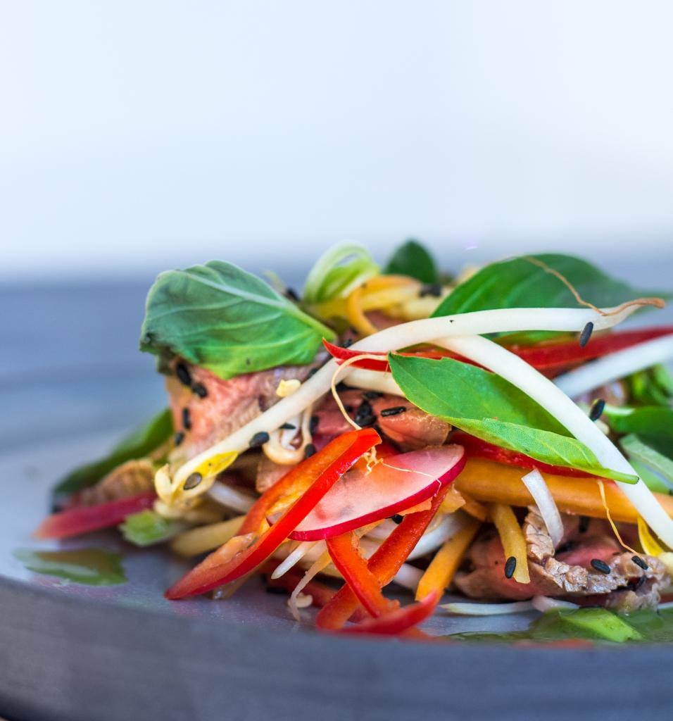 Thaise biefstuksalade met ingelegde groenten_close-up / www.eenlepeltjelekkers.be