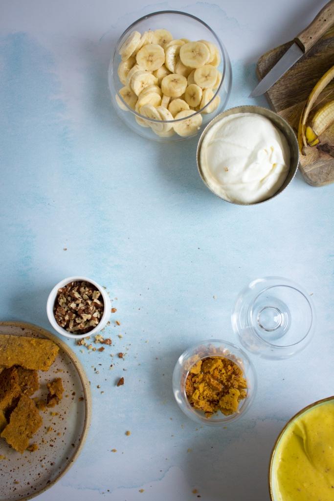 Glaasjes vullen met zanddeeg, pudding en banaan / www.eenlepeltjelekkers.be