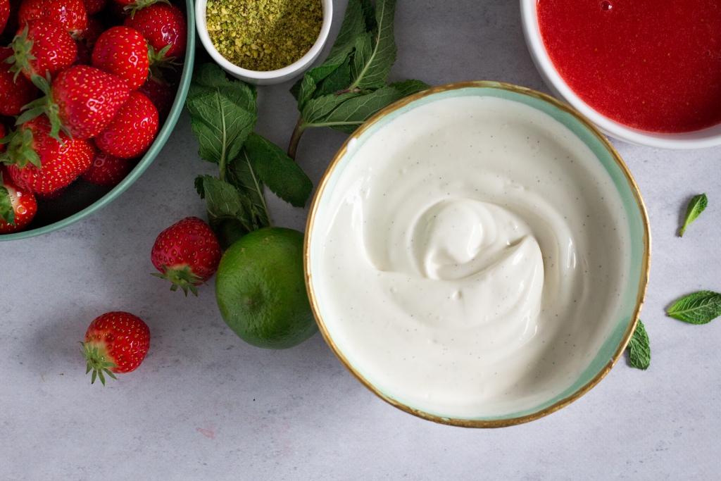 Plattekaas mengen met aardbeien / www.eenlepeltjelekkers.be