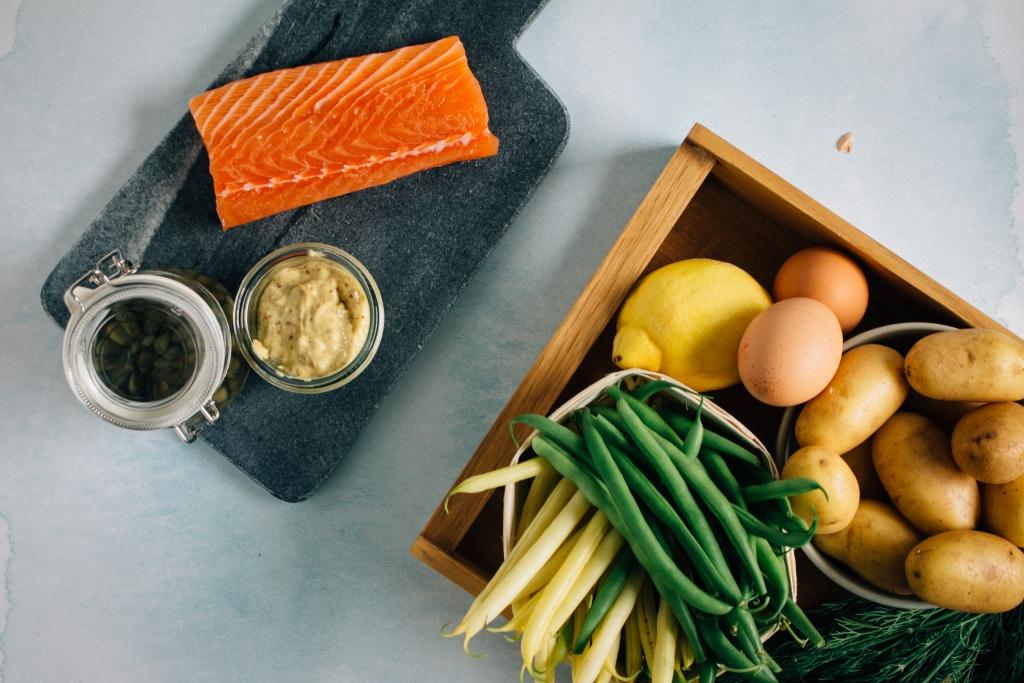 Zalm, kappers en mosterd voor de aardappelsalade / www.eenlepeltjelekkers.be