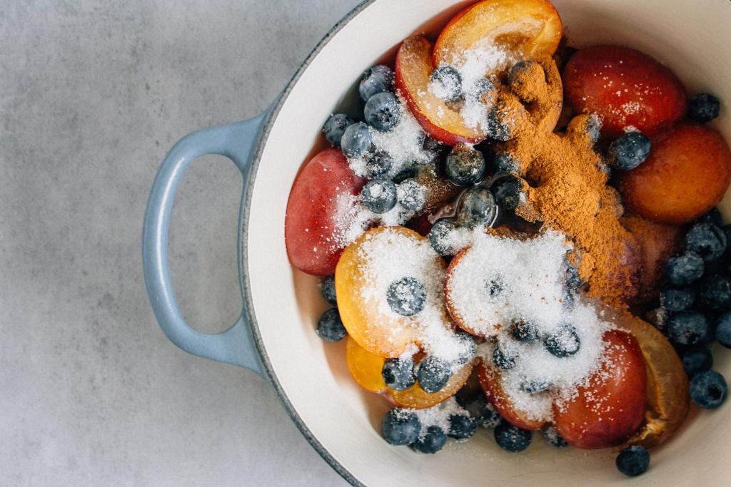 Fruit mengen met suiker en specerijen / www.eenlepeltjelekkers.be