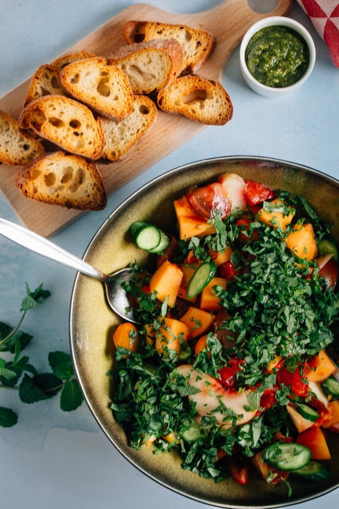 Groenten mengen voor de panzanella / www.eenlepeltjelekkers.be