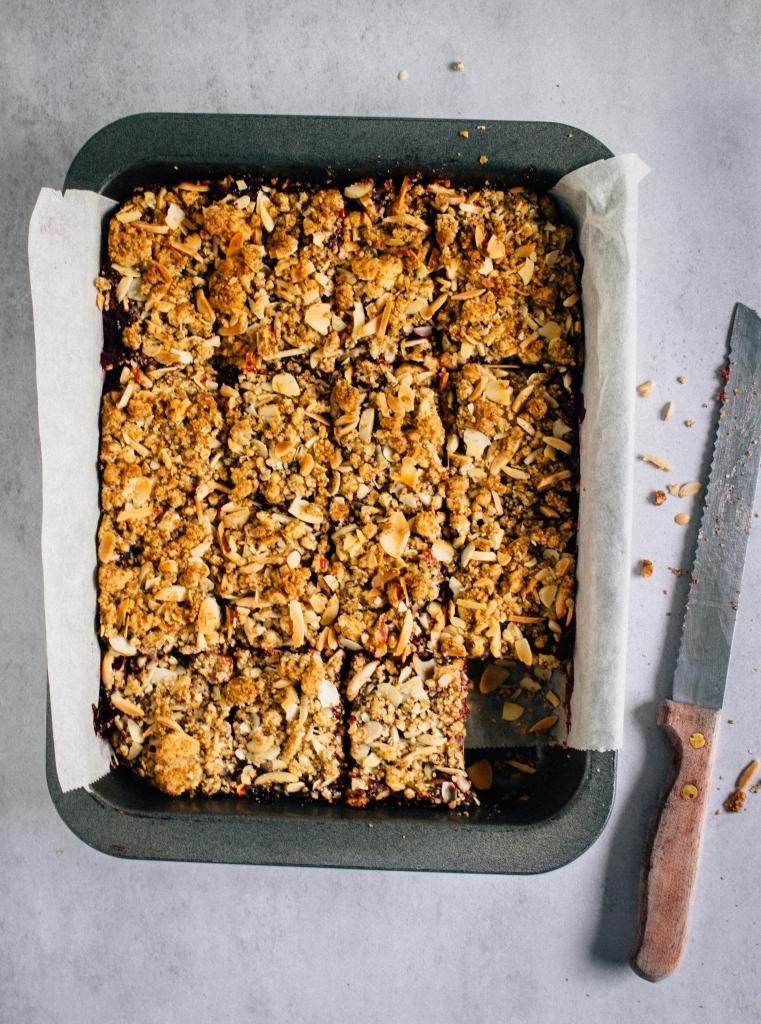 Plaatkoek met pruimen in stukken snijden / www.eenlepeltjelekkers.be