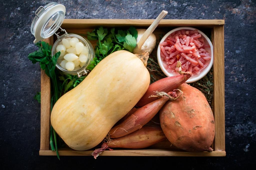 Butternut, zoete aardappel, bacon, sjalot, look, zilveruitjes, peterselie en tijm: ingrediënten voor koteletten met witte wijnsaus / www.eenlepeltjelekkers.be