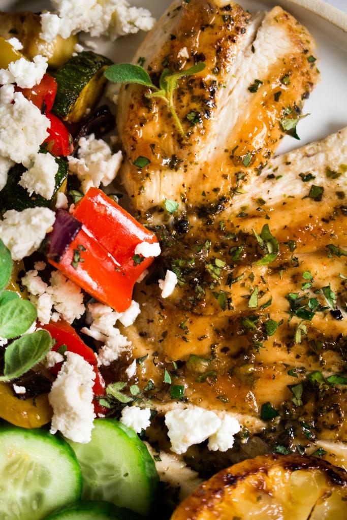 Griekse kip met geroosterde groenten-close-up / www.eenlepeltjelekkers.be