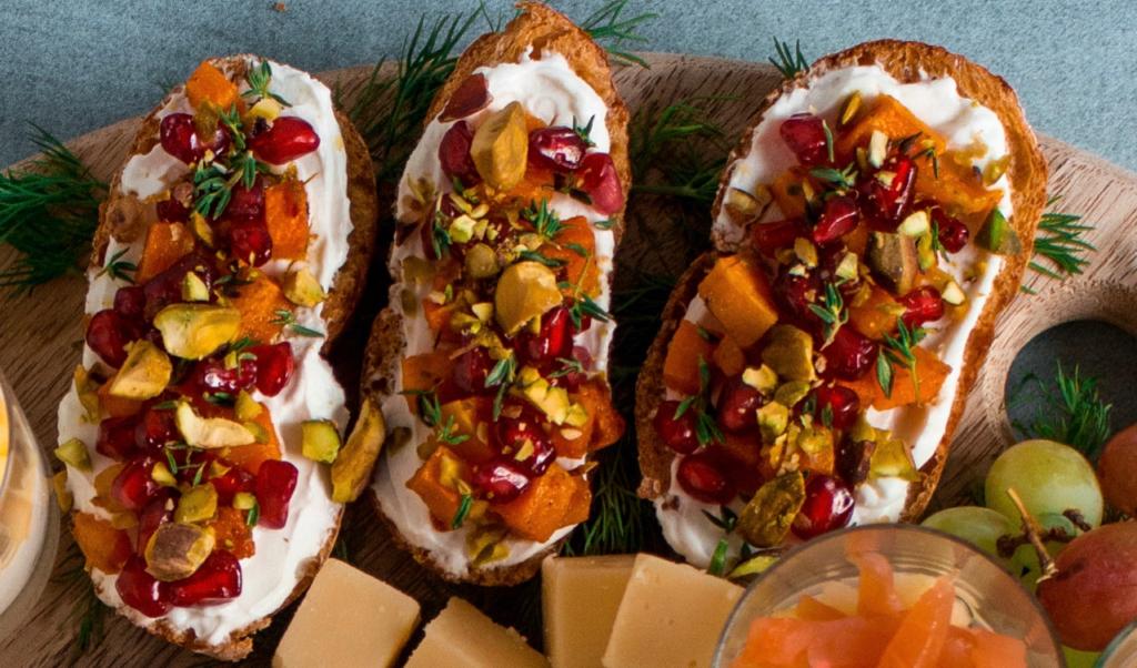 Crostini met geitenkaas en granaatappel / www.eenlepeltjelekkers.be