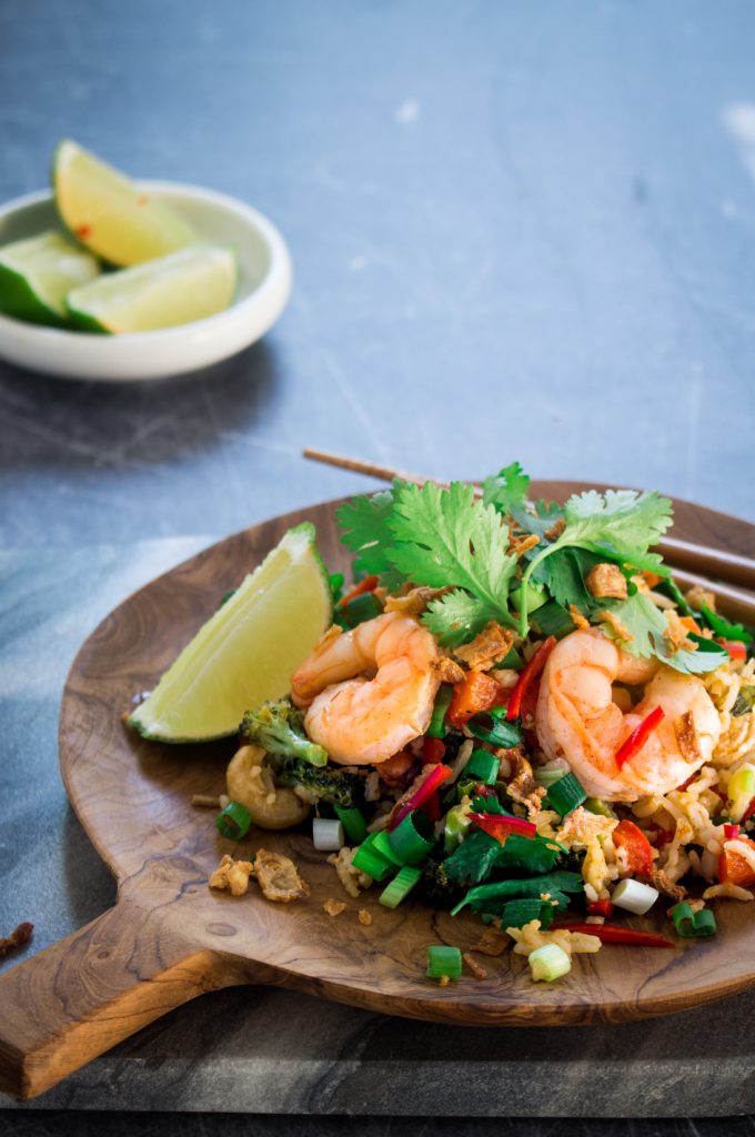 Nasi met gemarineerde scampi van de bakplaat