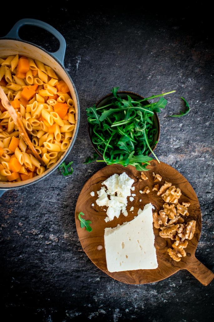 Feta, rucola en walnoten door de pasta roeren / www.eenlepeltjelekkers.be