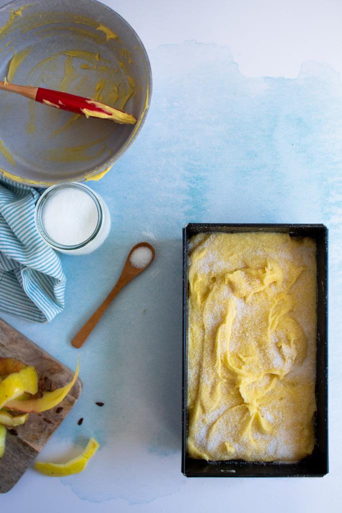 Beslag in vorm scheppen en bestrooien met suiker / www.eenlepeltjelekkers.be