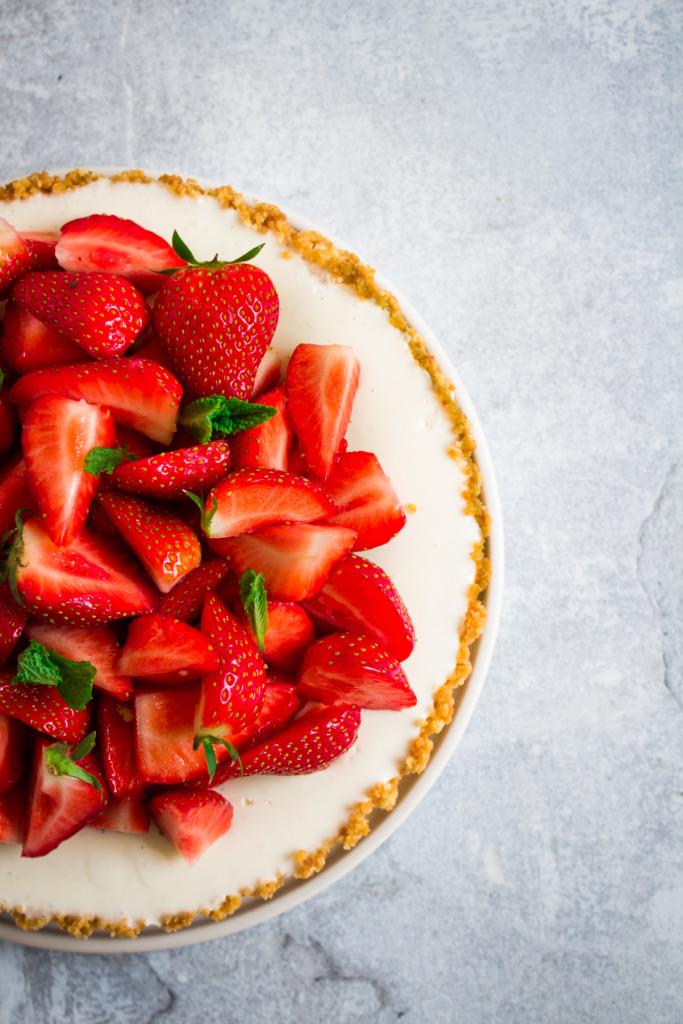 Panna cotta taart met aardbeien - close-up / www.eenlepeltjelekkers.be
