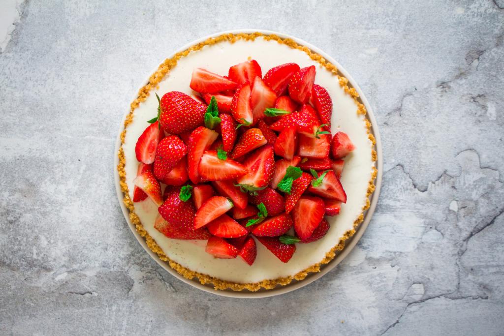 Panna cotta taart met aardbeien liggend / www.eenlepeltjelekkers.be