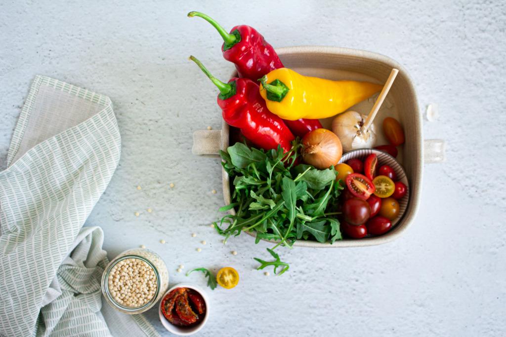 Puntpaprika, rucola, tomaat, ui, look, parelcouscous en zongedroogde tomaten / www.eenlepeltjelekkers.be