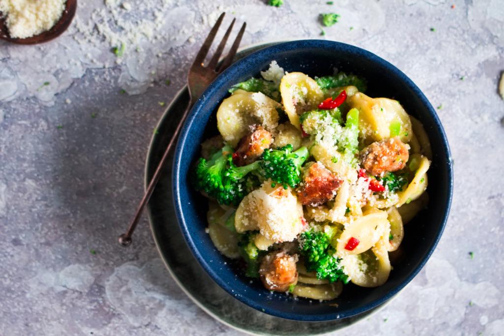 Pasta met broccoli, worst en venkelzaad