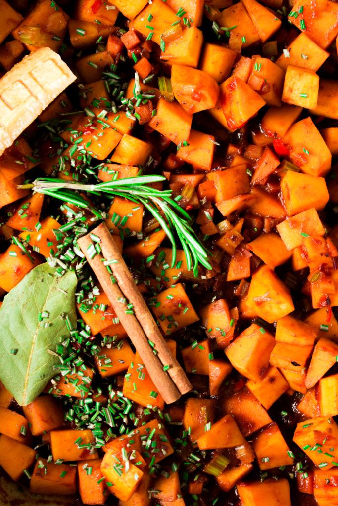 Kruiden bij de bolognesesaus / www.eenlepeltjelekkers.be