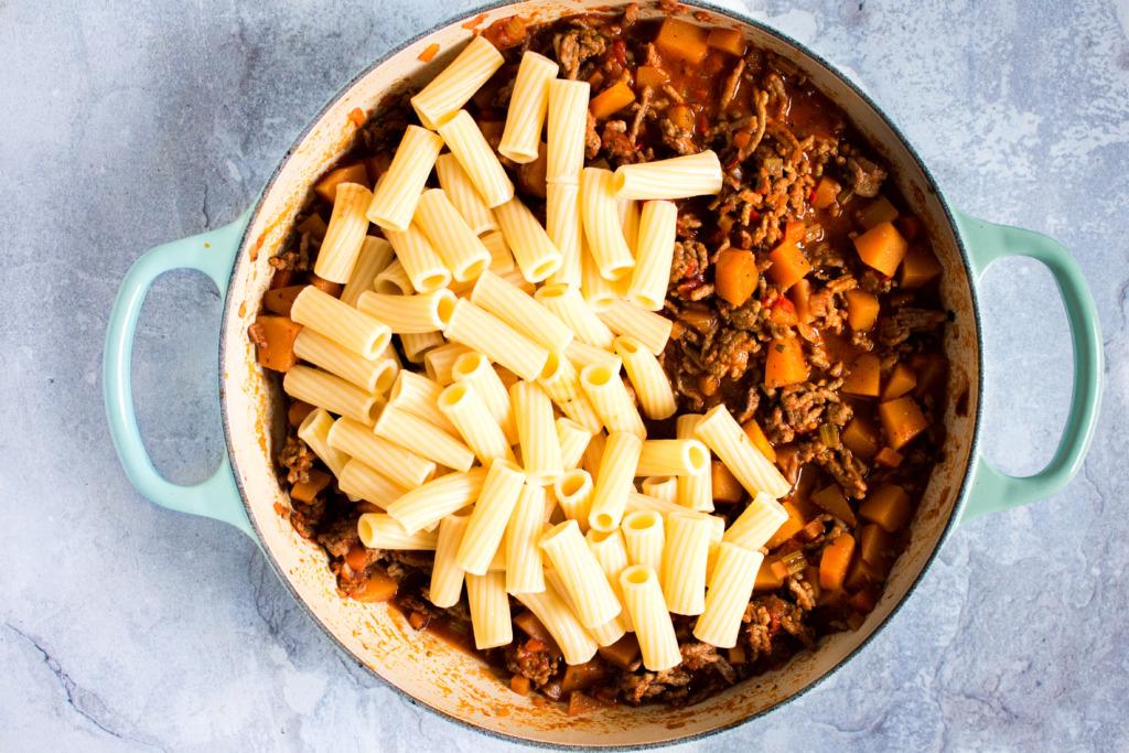 Pasta door de saus roeren / www.eenlepeltjelekkers.be