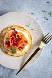 Gravad lax met granaatappel en zure room op blini / www.eenlepeltjelekkers.be