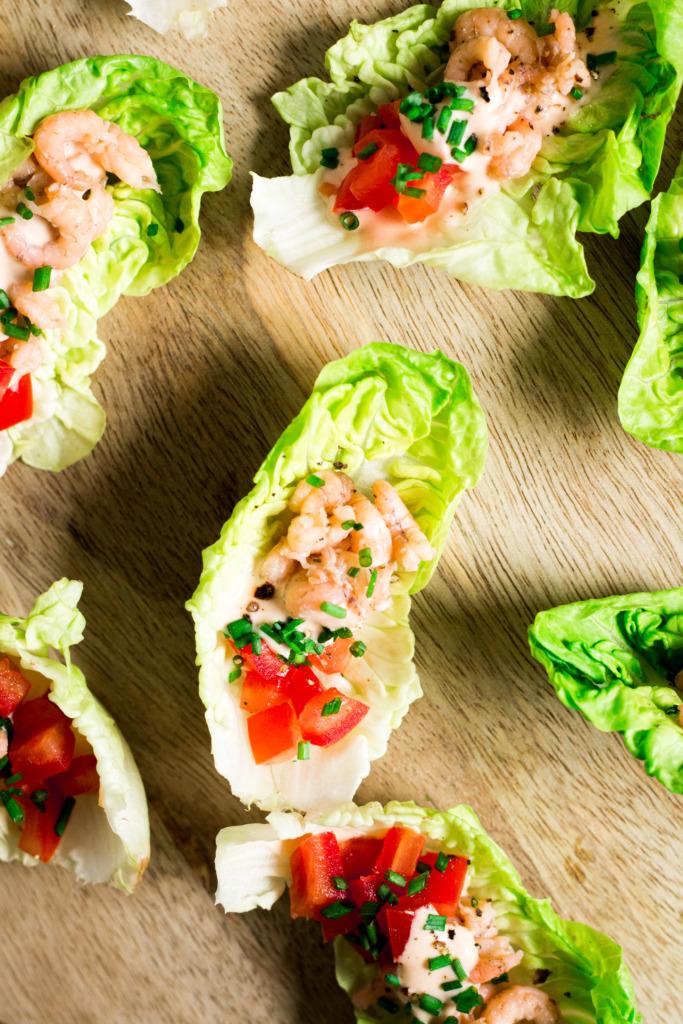 Hapje met garnalen en de beste cocktailsaus close-up / www.eenlepeltjelekkers.be