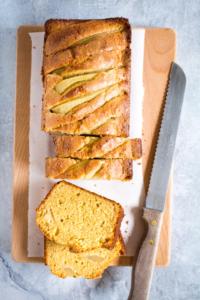 Kruidige perencake aangesneden / www.eenlepeltjelekkers.be