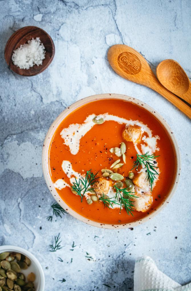 Zoete aardappelsoep met tomaat