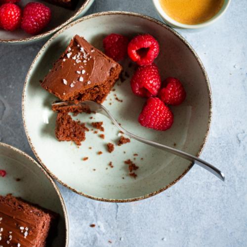 Chocoladecake met hazelnoten en zue room / www.eenlepeltjelekkers.be