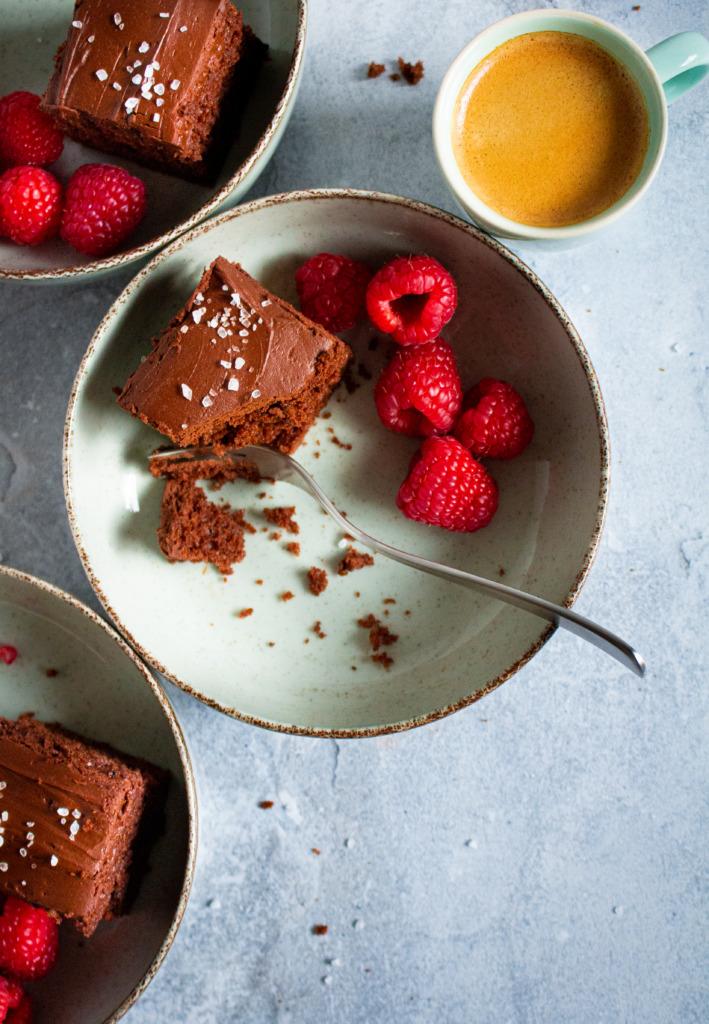 Chocoladecake met hazelnoten en zure room