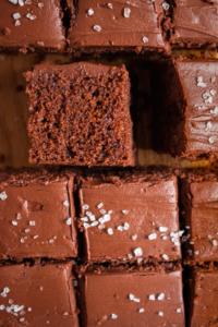 Chocoladecake met hazelnoten en zure room stukje / www.eenlepeltjelekkers.be