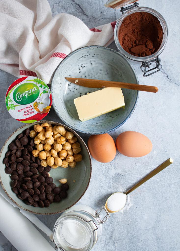 Ingrediënten chocoladecake met hazelnoten en zure room / www.eenlepeltjelekkers.be