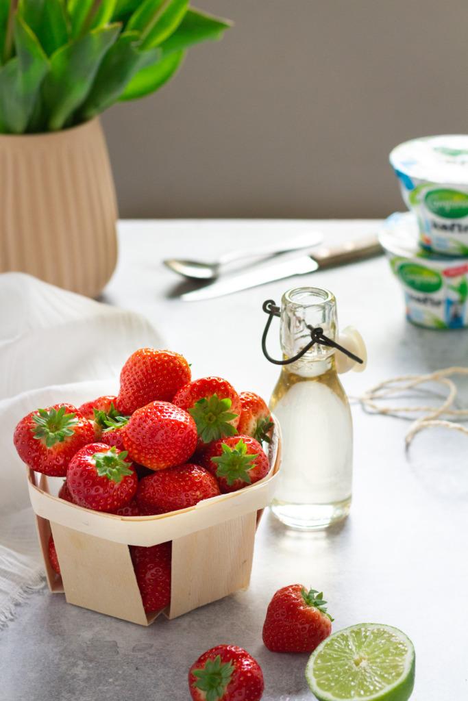 Aardbeien, limoen, vlierbloesemsiroop en kefir / www.eenlepeltjelekkers.be