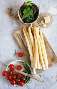 Asperges, tomaat, jonge sla en parmezaan / www.eenlepeltjelekkers.be