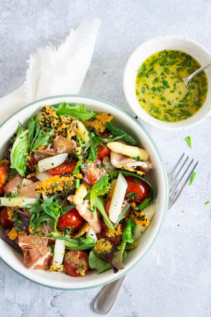 Salade met asperges, ham en parmezaankrokant bovenaanzicht / www.eenlepeltjelekkers.be