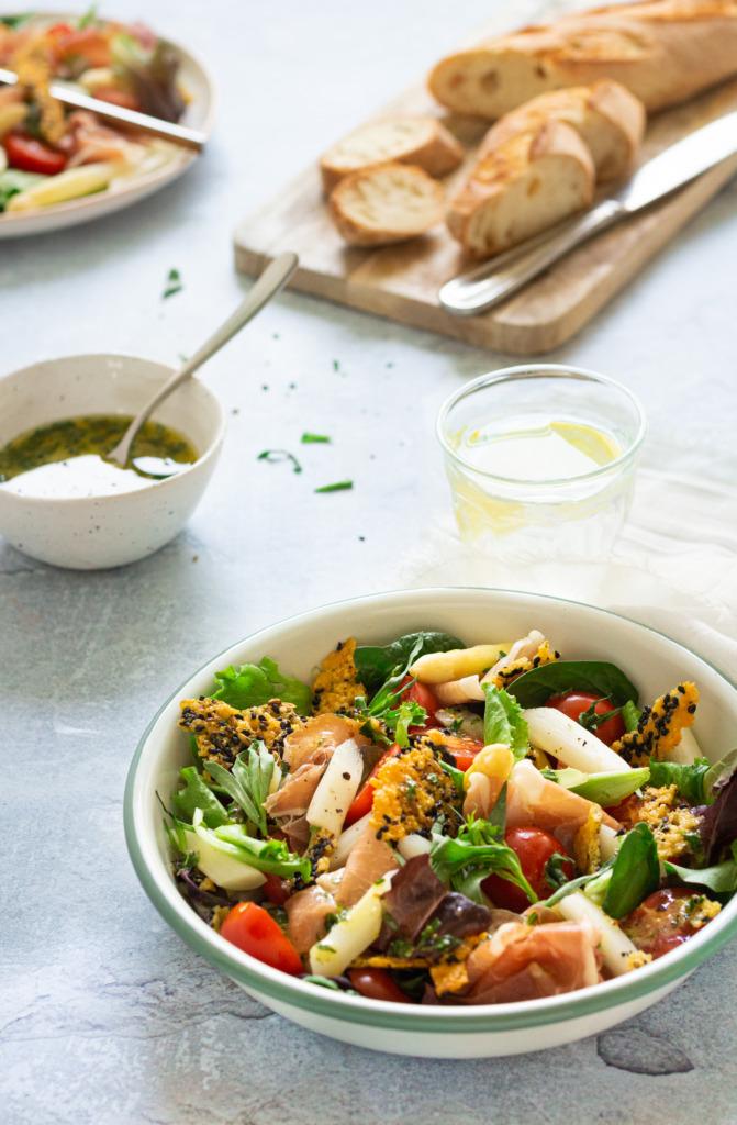 Salade met asperges, ham en parmezaankrokant
