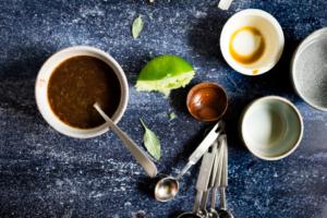Saus maken van rietsuiker, sriracha, limoensap, sojasaus en water / www.eenlepeltjelekkers.be