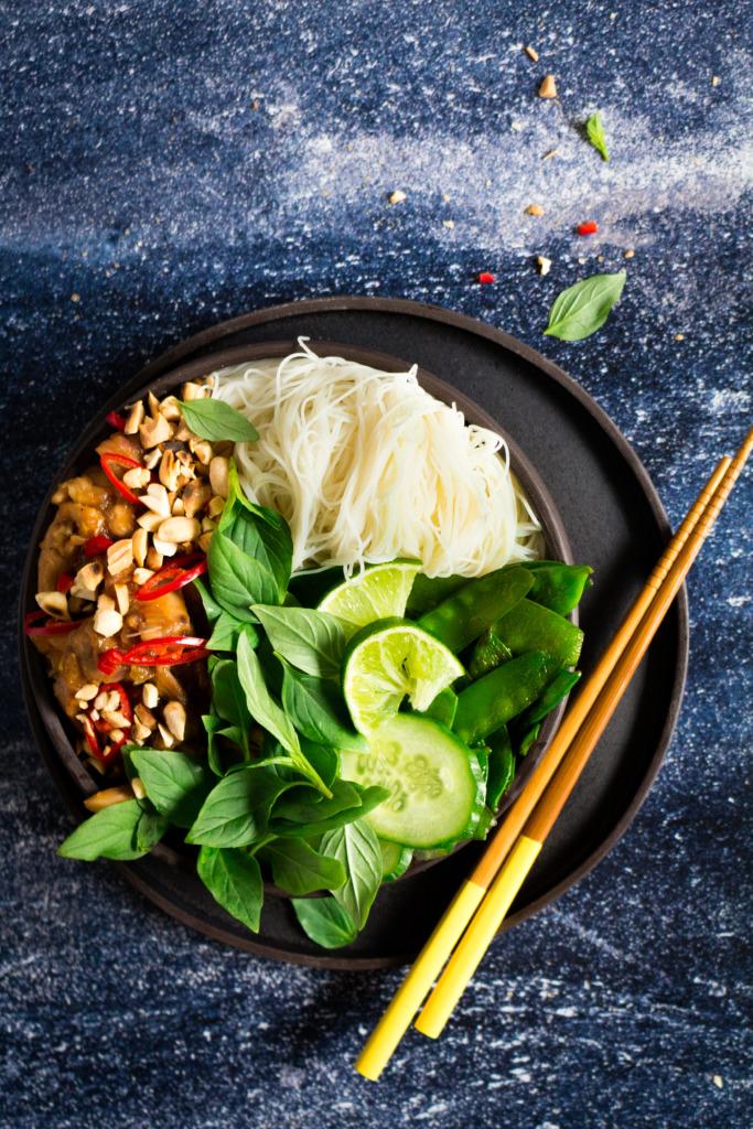 Wok met kip, gember en sojasaus met chopsticks / www.eenlepeltjelekkers.be