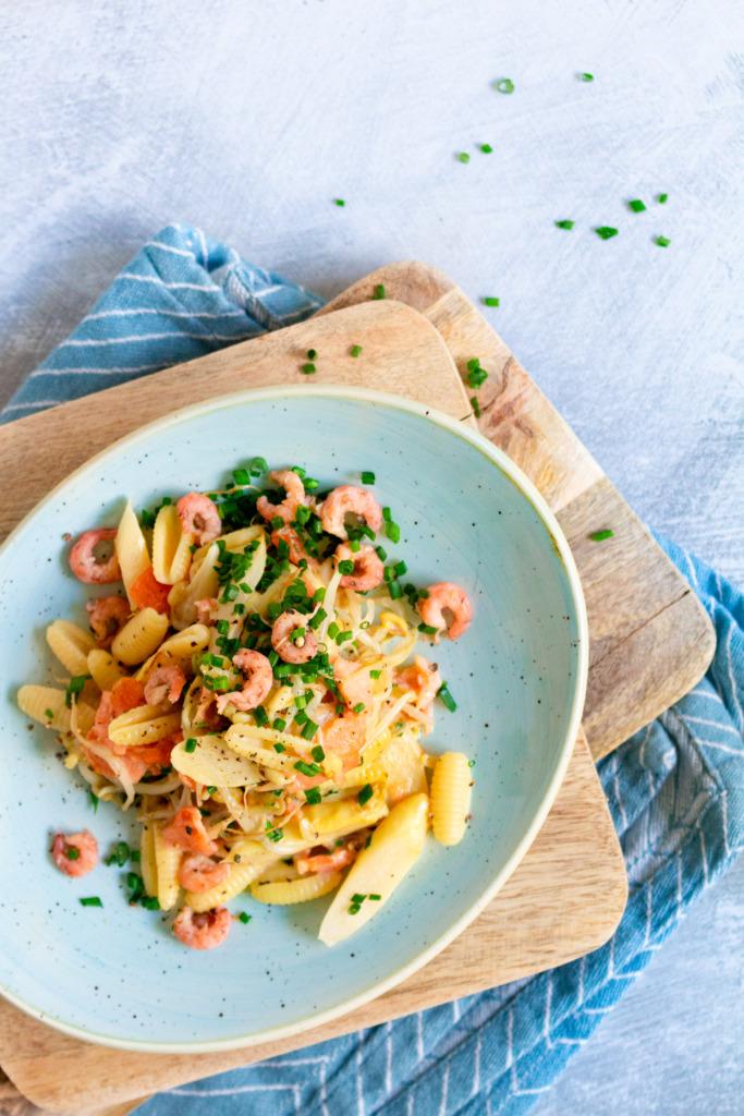 Asperges met garnalen, gerookte zalm en pasta boven / www.eenlepeltjelekkers.be