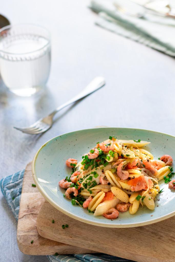 Asperges met garnalen, gerookte zalm en pasta