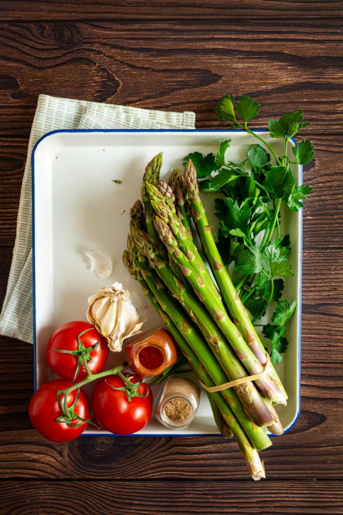 Tomaten, asperges, peterselie, look, paprikapoeder en korianderpoeder / www.eenlepeltjelekkers.be