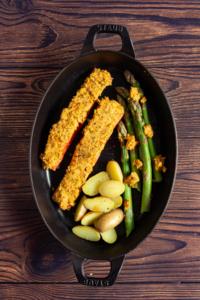 Zalm insmeren met tomatenboter en samen met asperges en krieltjes roosteren / www.eenlepeltjelekkers.be