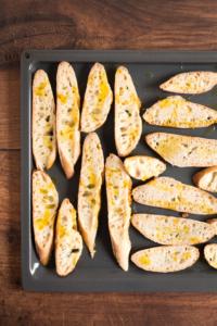 Broodjes besprenkelen met olijfolie en roosteren / www.eenlepeltjelekkers.be
