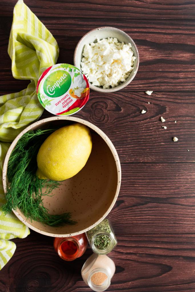 Feta, plattekaas, citroen, dille, paprikapoeder, oregano en lookpoeder / www.eenlepeltjelekkers.be