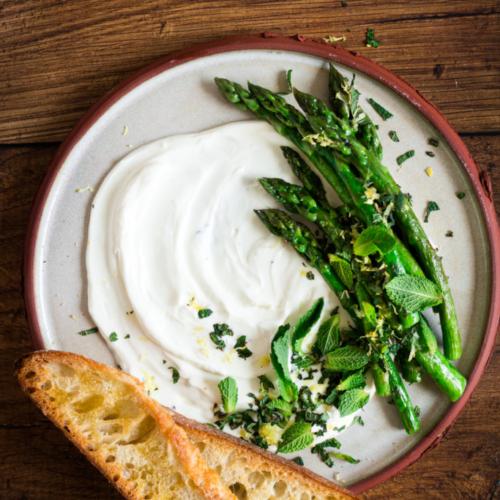Hapje met asperges, geitenkaas en muntgremolata / www.eenlepeltjelekkers.be