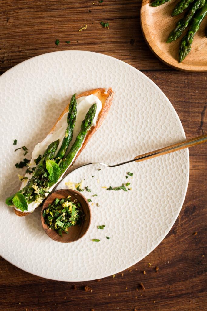 Hapje met asperges, geitenkaas en muntgremolata op toast / www.eenlepeltjelekkers.be