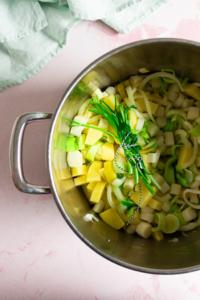 Ui, aardappel, preiwit en aspergestukjes aanstoven met een bouquet garnie / www.eenlepeltjelekkers.be