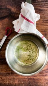 Vlierbloesemsiroop en limoenzeste en -sap aan de kook brengen Vlierbloesemsiroop en limoenzeste en -sap aan de kook brengen / www.eenlepeltjelekkers.be