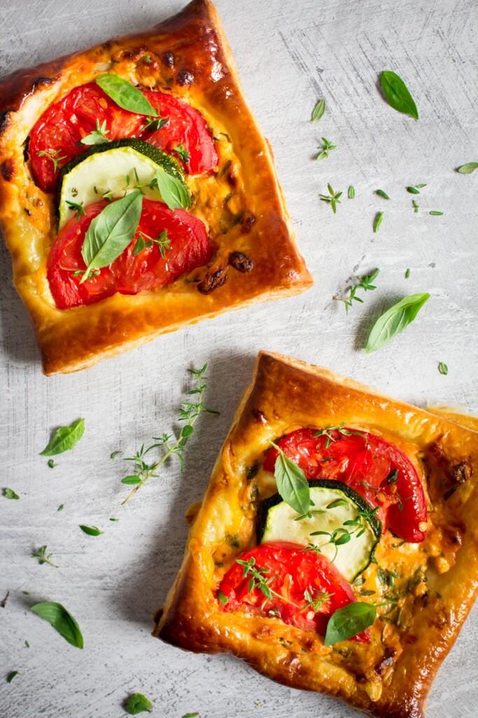 Hartige taartjes met courgette en tomaat