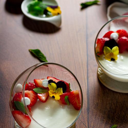 Yoghurtmousse met aardbeien en vlierbloesem / www.eenlepeltjelekkers.be